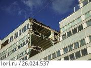 Разрушенный фасад дома. Стоковое фото, фотограф Малахов Алексей / Фотобанк Лори