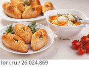 Вкусные домашние традиционные русские пирожки-расстегаи и рыбный суп-уха в тарелках на столе. Стоковое фото, фотограф Анастасия Богатова / Фотобанк Лори