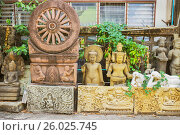 Купить «Продажа скульптурных изображений божеств. Таиланд», фото № 26025745, снято 20 февраля 2015 г. (c) Александр Романов / Фотобанк Лори
