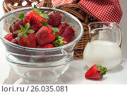 Ripe fresh strawberries in a colander and milk cream in a jug, фото № 26035081, снято 29 апреля 2017 г. (c) Anatoly Timofeev / Фотобанк Лори