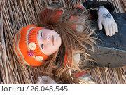 Девочка мечтает, лёжа на соломе и смотрит в небо. Стоковое фото, фотограф Юлия Мальцева / Фотобанк Лори