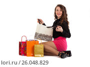 Купить «Счастливая девушка распаковывает покупки, изолированно на белом фоне», фото № 26048829, снято 11 марта 2017 г. (c) Литвяк Игорь / Фотобанк Лори