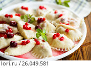 Купить «Sweet boiled dumplings with cherries and berries», фото № 26049581, снято 22 апреля 2017 г. (c) Peredniankina / Фотобанк Лори