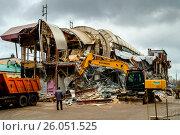 Купить «Москва, снос здания  на улице Люсиновская», фото № 26051525, снято 13 декабря 2015 г. (c) glokaya_kuzdra / Фотобанк Лори