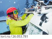 Купить «Portrait of girl fastening skis to car roof's bars», фото № 26053781, снято 20 декабря 2016 г. (c) Сергей Новиков / Фотобанк Лори