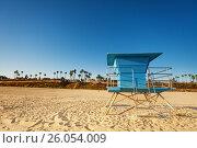 Купить «Closed lifeguard tower on deserted sandy beach», фото № 26054009, снято 17 апреля 2015 г. (c) Сергей Новиков / Фотобанк Лори