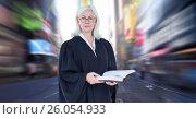 Judge in front of city motion blur. Стоковое фото, агентство Wavebreak Media / Фотобанк Лори