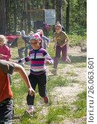 Children run along the path to the distillation (2015 год). Редакционное фото, фотограф Павел Семенцов / Фотобанк Лори