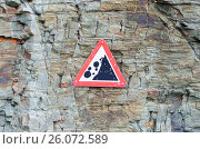 Купить «Rocks falling warning sign», фото № 26072589, снято 21 августа 2018 г. (c) easy Fotostock / Фотобанк Лори