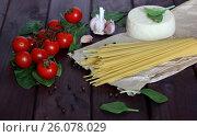Томаты черри, сыр, чеснок, спагетти, листья шпината на темном деревянном фоне. Стоковое фото, фотограф Галина Жигалова / Фотобанк Лори