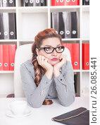 Купить «Скучающая женщина в офисе», фото № 26085441, снято 13 декабря 2019 г. (c) Darkbird77 / Фотобанк Лори