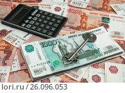 Купить «Покупка недвижимости с помощью ипотеки. Ключ от дома и калькулятор лежат на российских деньгах», эксклюзивное фото № 26096053, снято 16 апреля 2017 г. (c) Игорь Низов / Фотобанк Лори