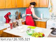 Купить «Девушка на кухне моет садовую землянику», фото № 26105321, снято 8 апреля 2017 г. (c) Сергей Дубров / Фотобанк Лори