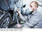 Купить «auto repairman grinding automobile car body», фото № 26107177, снято 29 марта 2017 г. (c) Дмитрий Калиновский / Фотобанк Лори