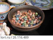 Купить «Глиняная миска с бусинами», фото № 26116489, снято 29 апреля 2017 г. (c) Иванова Анастасия / Фотобанк Лори