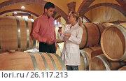 Купить «Male owner of a winery in the conversation with the technician», видеоролик № 26117213, снято 3 октября 2016 г. (c) Яков Филимонов / Фотобанк Лори