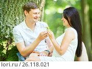 Купить «smiling couple in park», фото № 26118021, снято 30 июля 2016 г. (c) Дмитрий Калиновский / Фотобанк Лори