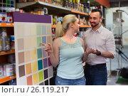 Купить «couple selectibg paint color», фото № 26119217, снято 21 февраля 2019 г. (c) Яков Филимонов / Фотобанк Лори