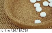 Купить «Mint tablets in a container», видеоролик № 26119789, снято 17 апреля 2017 г. (c) Потийко Сергей / Фотобанк Лори