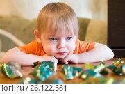 Купить «Маленький мальчик ест конфеты за столом», эксклюзивное фото № 26122581, снято 28 апреля 2017 г. (c) Землянникова Вероника / Фотобанк Лори