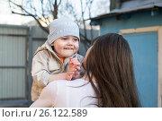 Купить «Радостный мальчик на руках у мамы», эксклюзивное фото № 26122589, снято 28 апреля 2017 г. (c) Землянникова Вероника / Фотобанк Лори