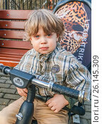 Купить «Заплаканный обиженный мальчик сидит на велосипеде», эксклюзивное фото № 26145309, снято 30 апреля 2017 г. (c) Виктор Тараканов / Фотобанк Лори