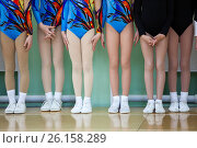Купить «Ноги девочек в спортивных кроссовках для занятий аэробикой стоят на помосте в линию», фото № 26158289, снято 29 апреля 2017 г. (c) Кекяляйнен Андрей / Фотобанк Лори