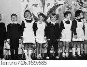 Купить «Первоклассники в парадной форме поют песню. 1969 год.», эксклюзивное фото № 26159685, снято 19 апреля 2017 г. (c) Светлана Попова / Фотобанк Лори