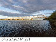 Купить «Ярославль, вид на железнодорожный мост через Волгу на закате», фото № 26161281, снято 3 мая 2017 г. (c) Илья Бесхлебный / Фотобанк Лори