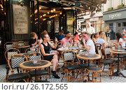 Люди обедают на террасе парижского кафе (2016 год). Редакционное фото, фотограф Елена Поминова / Фотобанк Лори