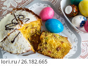 Купить «Cut Easter cake and dyed eggs», фото № 26182665, снято 16 апреля 2017 г. (c) Володина Ольга / Фотобанк Лори