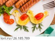 Яичница в форме птиц, сосиски и помидоры. Стоковое фото, фотограф Елена Руй / Фотобанк Лори
