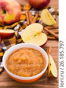 Яблочное пюре, яблоки и корица на деревянном столе. Стоковое фото, фотограф Елена Руй / Фотобанк Лори