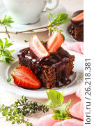 Chocolate brownie cake with fresh strawberries and melted chocolate. Стоковое фото, фотограф Наталья Майорова / Фотобанк Лори