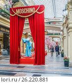 Купить «Выставка модной одежды Moschino. ГУМ. Москва», эксклюзивное фото № 26220881, снято 5 мая 2017 г. (c) Виктор Тараканов / Фотобанк Лори
