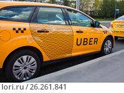 Желтое Uber-такси на улице города (2017 год). Редакционное фото, фотограф Victoria Demidova / Фотобанк Лори