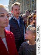 Купить «Алексей Навальный с супругой Юлией и сыном Захаром на проспекте Академика Сахарова принимают участие в митинге против сноса пятиэтажек в Москве, Россия», фото № 26264865, снято 14 мая 2017 г. (c) Николай Винокуров / Фотобанк Лори