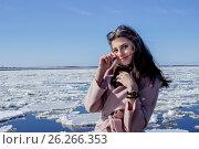 Красивая девушка смотрит в камеру на фон ледохода. Стоковое фото, фотограф Ирина F24 / Фотобанк Лори