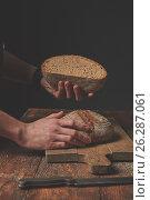 Купить «Hands holding half bread», фото № 26287061, снято 21 апреля 2017 г. (c) Ярослав Данильченко / Фотобанк Лори