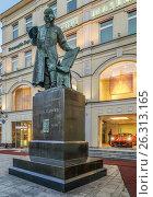 Памятник первопечатнику Ивану Федорову в сумерки, эксклюзивное фото № 26313165, снято 14 мая 2017 г. (c) Виктор Тараканов / Фотобанк Лори