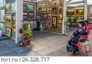"""Купить «Продажа картин в """"Музеоне"""", Москва», эксклюзивное фото № 26328717, снято 14 мая 2017 г. (c) Виктор Тараканов / Фотобанк Лори"""