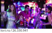 Купить «Portrait of smiling females and males having fun in the bar», видеоролик № 26330941, снято 4 мая 2017 г. (c) Яков Филимонов / Фотобанк Лори