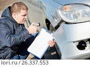 Купить «Insurance agent recording car damage on claim form», фото № 26337553, снято 15 марта 2016 г. (c) Дмитрий Калиновский / Фотобанк Лори