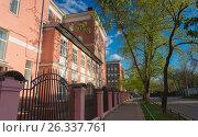 Купить «Типичные советские здания средней школы», фото № 26337761, снято 4 мая 2017 г. (c) Николай Алмаев / Фотобанк Лори