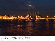 Корабль проплывает под разведенным мостом (2013 год). Редакционное фото, фотограф Оксана Ширяева (Масленникова) / Фотобанк Лори