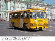 Купить «Городской автобус ЛиАЗ-677 на фоне Зимнего дворца. Третий ежегодный парад ретротранспорта в Санкт-Петербурге», фото № 26339617, снято 21 мая 2017 г. (c) Виктор Карасев / Фотобанк Лори