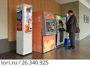 Мужчина снимает наличные в банкомате, эксклюзивное фото № 26340925, снято 25 сентября 2016 г. (c) Константин Косов / Фотобанк Лори