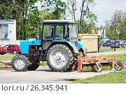 Трактор для подметания улиц. Коммунальное хозяйство. Стоковое фото, фотограф Никита Ковалёв / Фотобанк Лори