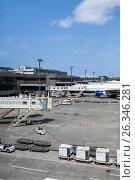 Купить «Пассажирские самолеты стоят у терминала 1 международного аэропорта Нарита, Япония», фото № 26346281, снято 16 апреля 2013 г. (c) Кекяляйнен Андрей / Фотобанк Лори