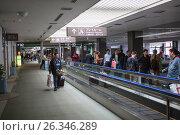 Купить «Зона ожидание с движущейся полосой эскалатора. Международный аэропорт Нарита, Япония», фото № 26346289, снято 16 апреля 2013 г. (c) Кекяляйнен Андрей / Фотобанк Лори